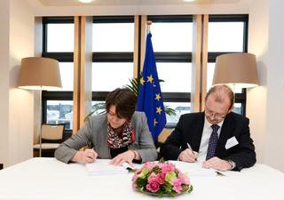 Commissioner Violeta Bulc with Richard Deakin Signing the alliance agreement