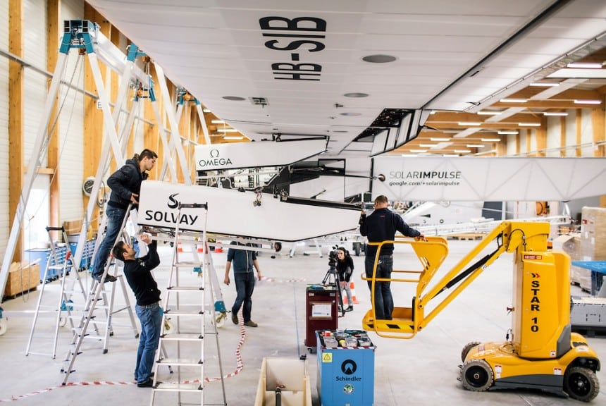 Technicians disassembling Si2