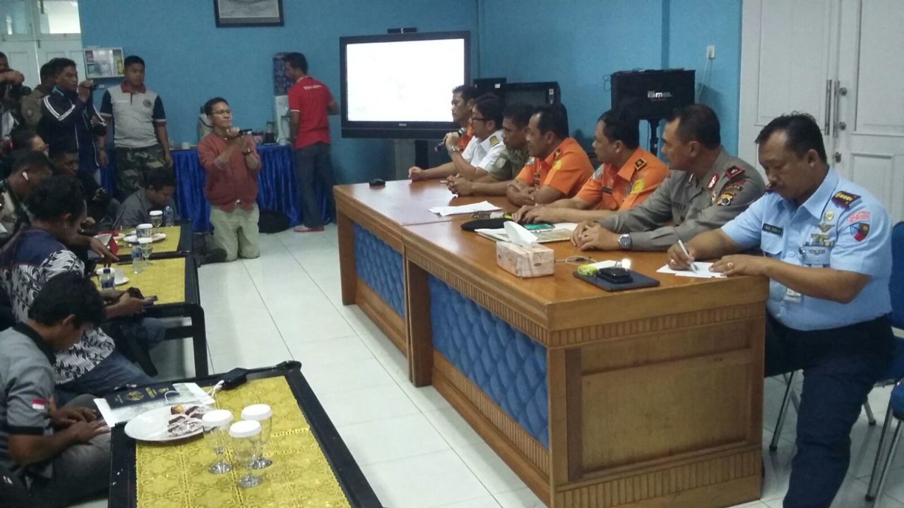 Officials from Indonesia's National Search and Rescue Agency (Barnsas) share details of the search and rescue operation for the Trigana Air Service ATR at a press conference