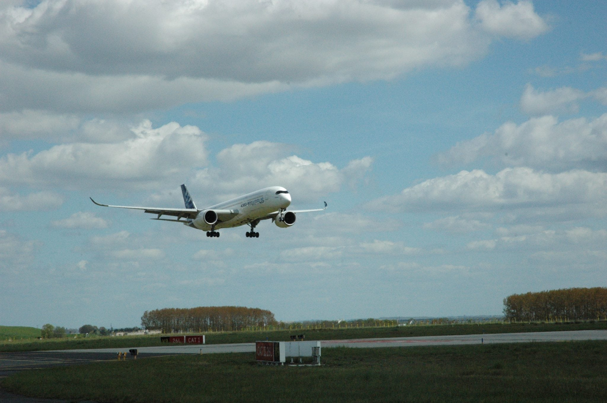 Airbus A350 completes LPV 200 Approach at CDG